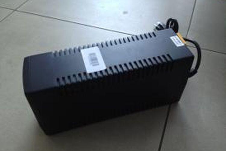 Perangkat uninterruptible power supply (UPS). Foto diambil pada Jumat (27/2/2015).