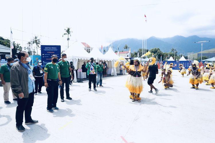 Ketua umum KONI Jatim Erlangga Satriagung (kiri) disambut dengan tari-tarian selamat datang seusai mendarat di bandar udara Sentani Kabupaten Jayapura, Kamis (23/9/2021) siang.