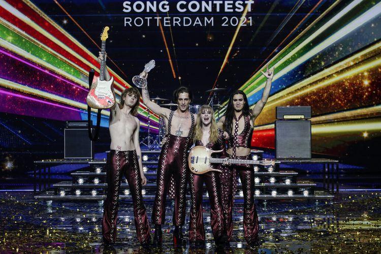 Maneskin asal Italia selebrasi dengan trofi usai menjuarai Grand Final Kontes Lagu Eurovision di arena Ahoy di Rotterdam, Belanda, Sabtu, 22 Mei 2021.