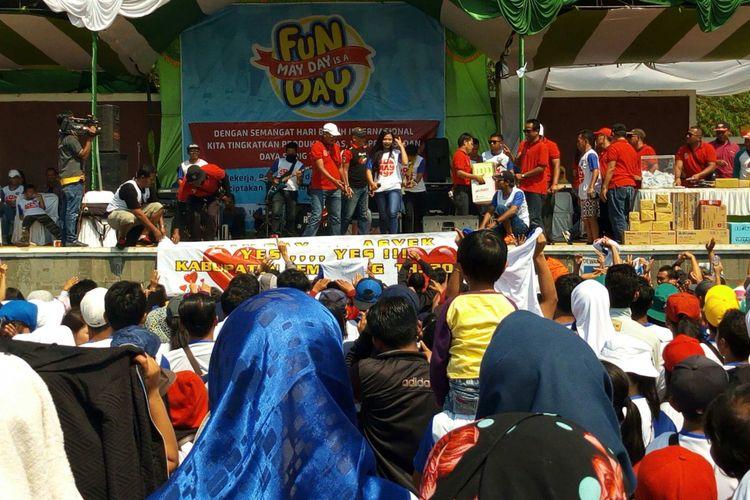 Ribuan buruh Kabupaten Semarang bersuka cita merayakan Hari Buruh Sedunia, Selasa (1/5/2018). Mereka mengikuti kegiatan jalan santai sehat yang dipusatkan di Alun-alun Bung Karno, Ungaran.