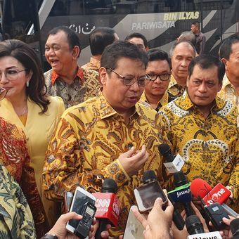 Ketua Umum Partai Golkar Airlangga Hartarto usai mengajak 34 Ketua Dewan Pimpinan Daerah (DPD) tingkat I (provinsi) Partai Golkar untuk sowan ke Presiden Joko Widodo, Senin (1/7/2019) sore.  Agenda pertemuan itu berlangsung tertutup di Istana Kepresidenan, Bogor.