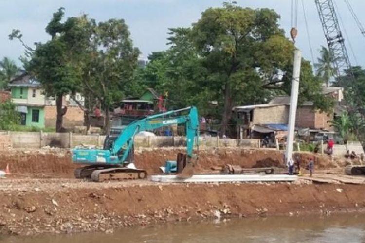 Proyek normalisasi Sungai Ciliwung di wilayah RW01, Cawang Pulo, Kramat Jati, Jakarta Timur mulai berjalan. Sebelumnya, pada 15 November lalu, puluhan bangunan di sepanjang tepi sungai ditertibkan. Ratusan warga direlokasi ke Rumah Susun Sewa Rawa Bebek.