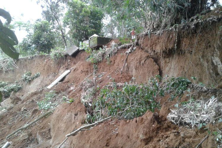 Hujan deras mengakibatkan terjadinya longsor di pemakaman di Desa Penungkiren, Kecamatan STM Hilir, Deliserdang, beberapa hari yang lalu. Akibatnya, belasan kuburan terpaksa dipindahkan.