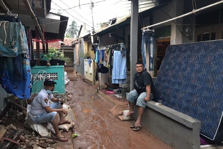 Hamdani (kiri) dan Agus (kanan) berada di depan rumahnya  Jalan Damai 2 RT 04/RW 02 Ciganjur, Jagakarsa, Jakarta yang terdampak longsor dan banjir pada Kamis (15/10/2020) sore.