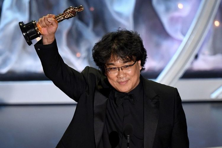 Sutradara Bong Joon-ho menggenggam Oscar setelah film Parasite menang dengan kategori International Feature Film Oscar. Academy Awards 2020 digelar di Dolby Theater di Hollywood, California, Minggu (9/2/2020).