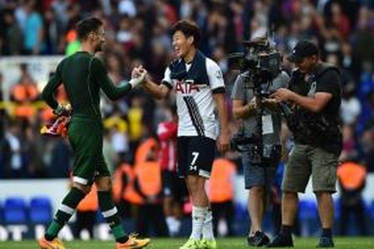 Kiper Hugo Lloris menyelamati Son Heung Min yang mencetak gol kemenangan Tottenham atas Crystal Palace, Minggu (20/9/2015).