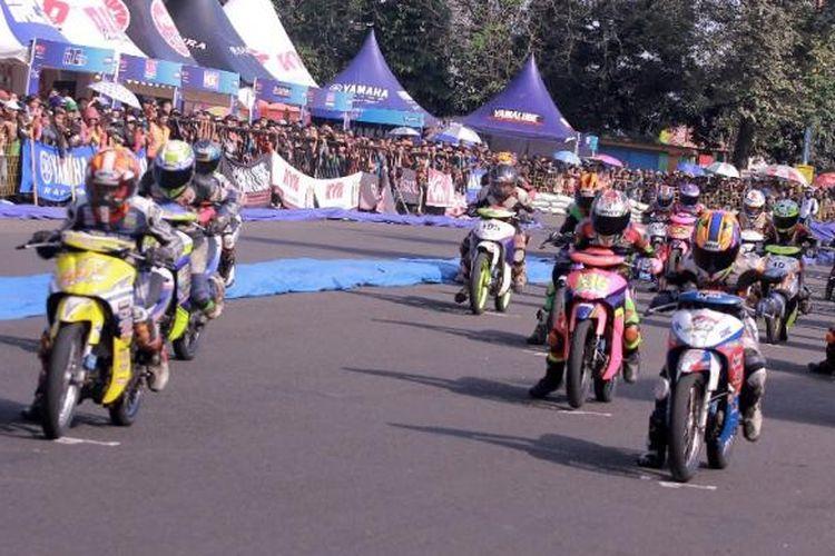 Para pebalap muda di bawah usia 16 tahun melakukan start saat balapan Yamaha Cup Race di Purwokerto, Minggu (24/7/2016).