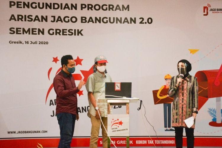 Salah seorang tukang bangunan yang beruntung mendapatkan hadiah dalam Arisan Jago Bangunan 2.0.