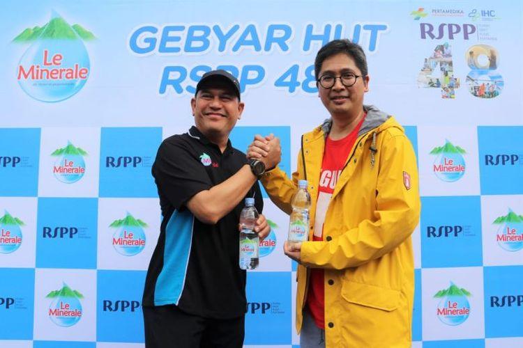 Bpk. Dolphin Siregar selaku Regional Sales Promotion Manager Le Minerale bersama dengan dr. Kurniawan Iskandarsyah, SpJP selaku direktur RSPP bekerjasama melangsungkan Gebyar HUT RSPP ke-48.