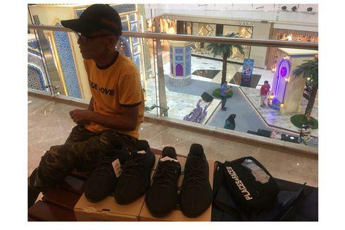 Dalam Hitungan Menit, Adidas Yeezy 350 V2 Black di GI Ludes Terjual