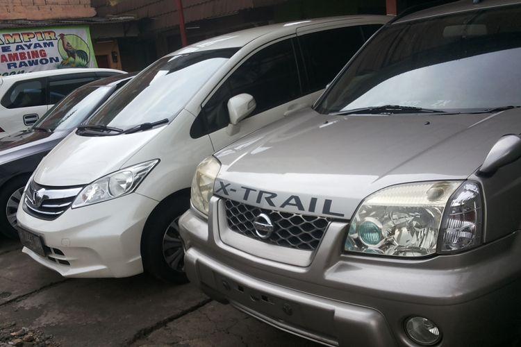 Deretan mobil bekas yang dijual di diler Auto Ritz, Jalan Tole Iskandar, Depok, Selasa (13/2/2018).