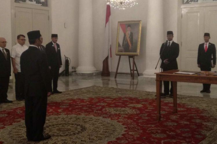 Gubernur DKI Jakarta Anies Baswedan melantik Zikran Kurniawan ssbagau Kepala UPT Rumah DP 0 di Balai Kota, Jumat (8/6/2018).
