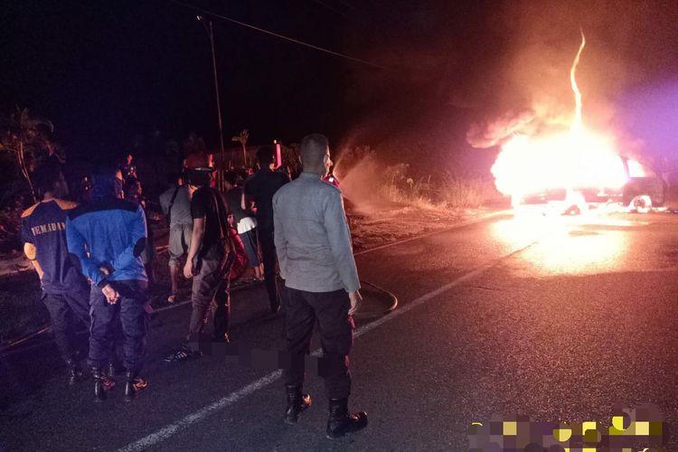Sebuah mobil pickup di pulau Sebatik Nunukan Kaltara terbakar setelah mengisi 7 drum bensin. Diduga drum bocor dan mengenai kabel sehingga memicu api langsung membesar
