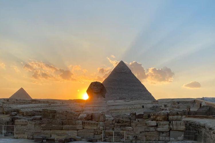 Matahari terbenam di bahu kanan patung Sphinx di kawasan piramida Mesir. Fenomena astronomi khas ini terjadi di Mesir selama dua kali di Musim Semi pada Maret dan Musim Gugur pada September.