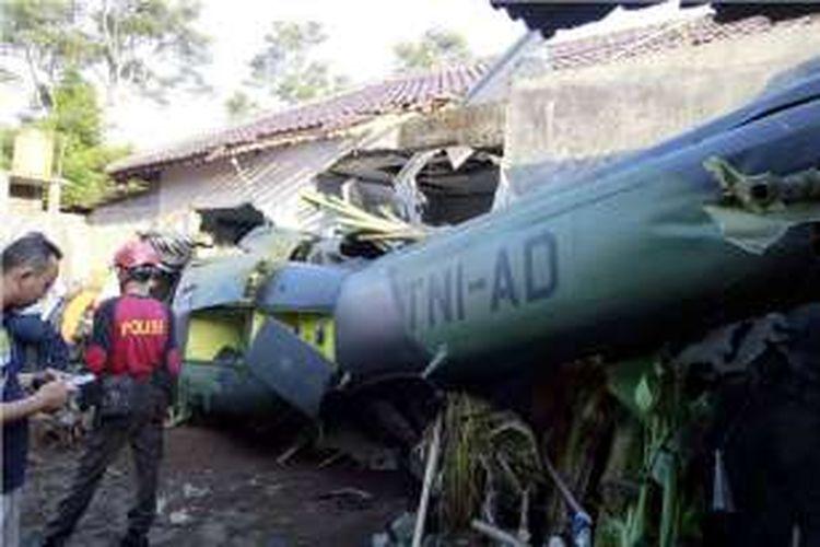 Foto dari tempat kejadian jatuhnya pesawat Helikopter TNI AD di kawasan permukiman penduduk di Dusun Kowang, Tamanmartani, Kalasan, Sleman pada Jumat (8/7/2016) sekitar pukul 15.30 WIB.