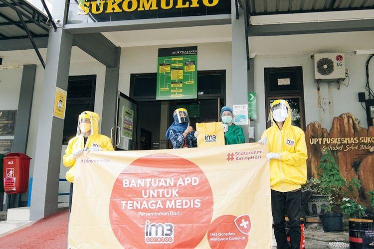 Indosat Ooredoo memberikan bantuan berupa 3.000 pakaian hazmat dan pelindung wajah (face shield) ke 300 Puskesmas rujukan penanganan Covid-19