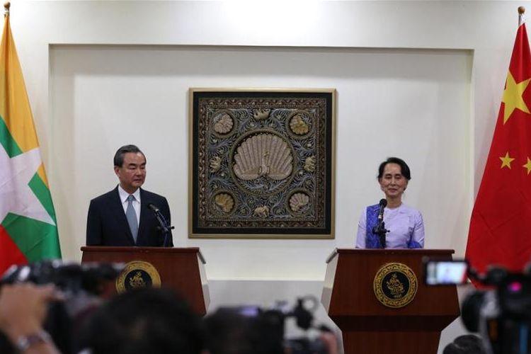 Menlu China Wang Yi dan Pemimpin de facto Myanmar bergabung dalam konferensi pers setelah melakukan pertemuan di Naypyidaw, Myanmar, Minggu (19/11/2017). (Xinhua)