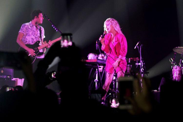 Aksi panggung Paramore saat tampil di ICE BSD, Tangerang, Banten, Sabtu (25/08/2018). Paramore kembali menggelar konsernya yang bertajuk After Laughter Summer Tour  setelah batal pada bulan Febuari 2018 lalu.
