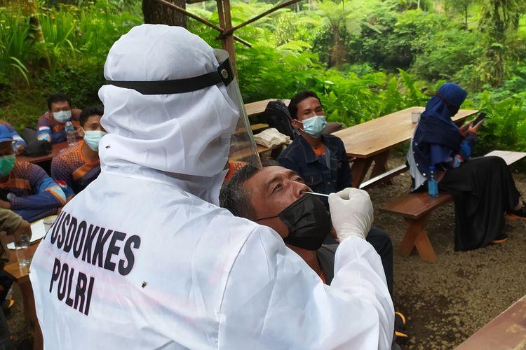 Tim Dokkes Polresta Banyumas melakukan tes cepat antigen terhadap peserta outbond di Baturraden Adventure Forest (BAF), Kabupaten Banyumas, Jawa Tengah, Sabtu (29/5/2021).