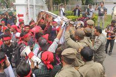 Protes Pembabatan Hutan Adat, Mahasiswa dan Satpol PP Ricuh di Kantor Gubernur Maluku
