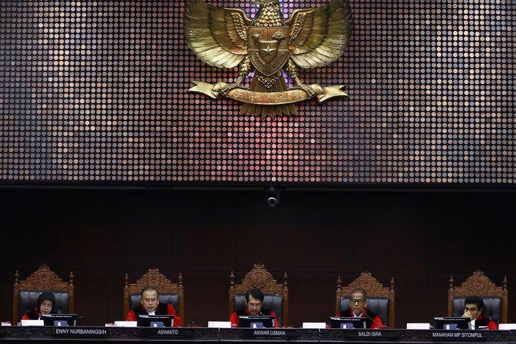 Ketua Majelis Hakim Mahkamah Konstitusi (MK) Anwar Usman (tengah) didampingi (kiri-kanan) Hakim Konstitusi Enny Nurbaningsih, Aswanto, Saldi Isra, dan Manahan MP Sitompul membacakan putusan perkara Nomor 75/PUU-XVII/20 di Gedung Mahkamah Konstitusi, Jakarta, Rabu (29/1/2020). Majelis Hakim Konstitusi dalam putusannya menolak permohonan pemohon untuk seluruhnya dalam perkara Pengujian Undang-Undang Nomor 8 Tahun 2015 tentang perubahan atas Undang-Undang Nomor 1 Tahun 2014 tentang penetapan peraturan pemerintah pengganti Undang-Undang Nomor 1 Tahun 2014 tentang pemilihan gubernur, walikota, dan bupati menjadi Undang-Undang terhadap UUD 1945. ANTARA FOTO/Rivan Awal Lingga/pd.
