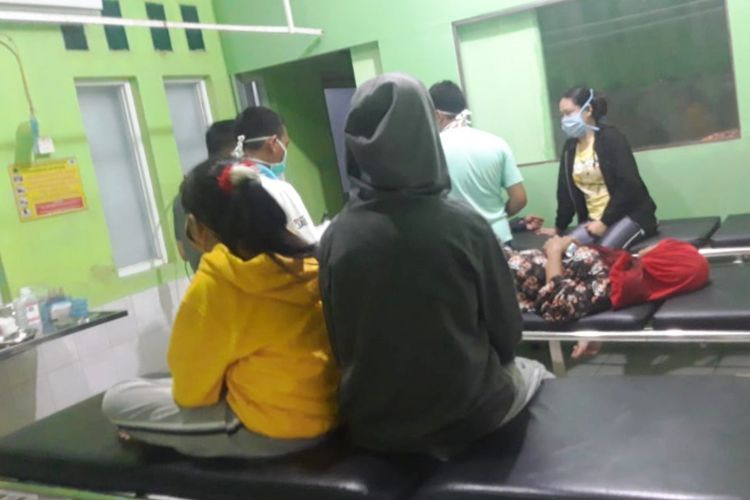 Sekeluarga di Kabupaten Cianjur, Jawa Barat tengah menjalani perawatan di puskesmas karena mengalami keracunan pasca mengonsumsi olahan jamur