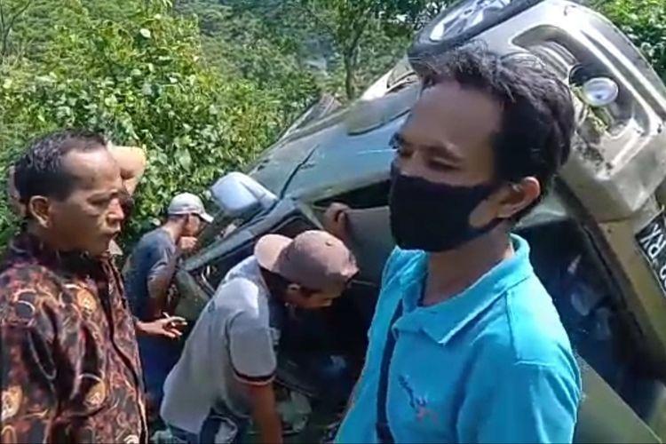 Mobil berpenumpang rombongan wisatawan yang masuk jurang di Lampung Selatan, Selasa (1/6/2021) siang.