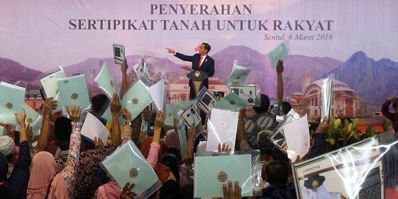 Presiden Joko Widodo memberikan sambutan saat pembagian sertifikat tanah kepada warga di Sentul, Kabupaten Bogor, Jawa Barat, Selasa (6/3). Presiden Joko Widodo membagikan sertifikat lahan kepada 15.000 orang , jumlah tersebut adalah yang paling banyak dibandingkan dengan jumlah sertifikat yang pernah dibagikan Jokowi selama menjabat Presiden RI.