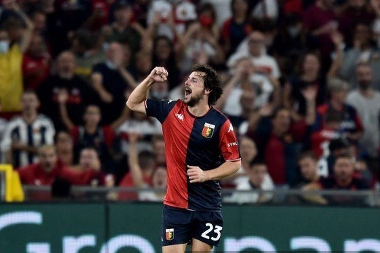 Mattia Destro saat merayakan gol pada laga pekan kelima Liga Italiabyang mempertemukan Genoa vs Verona di Stadion Luigi Ferraris, Sabtu (25/9/2021).