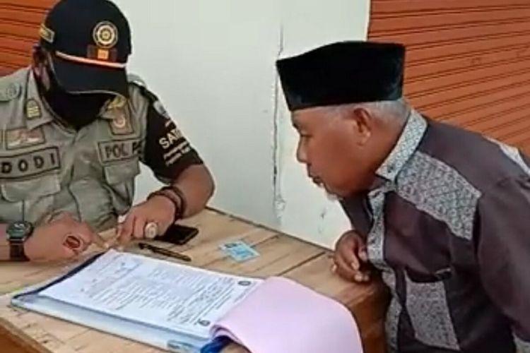 Satpol PP Sumedang menindak pelanggar protokol kesehatan di Alun-alun Sumedang, Selasa (22/12/2020). AAM AMINULLAH/KOMPAS.com