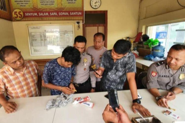 Petugas piket Polresta Pekanbaru, Riau, saat melakukan pemeriksaan terhadap pelaku penyelundupan sabu untuk tahanan, Senin (10/3/2020).