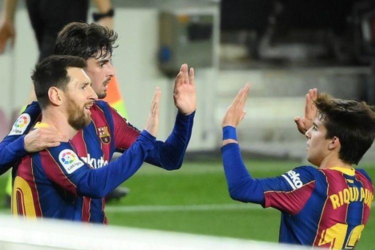 Lionel Messi (kiri), Francisco Trincao (tengah), dan Ruqui Puig (kanan) merayakan gol mereka ke gawang Alaves di Camp Nou, Minggu (14/2/2021) dini hari WIB.