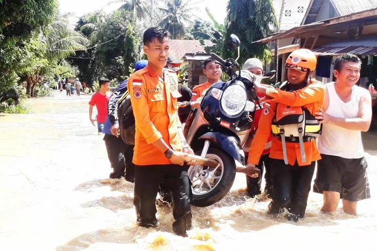 BPBD Luwu dan Tagana membantu korban banjir di Kecamatan Suli dengan mengangkut kendaraan warga yang diterjang banjir di desa Buntu Kunyi,  Kamis (13/6/2019)