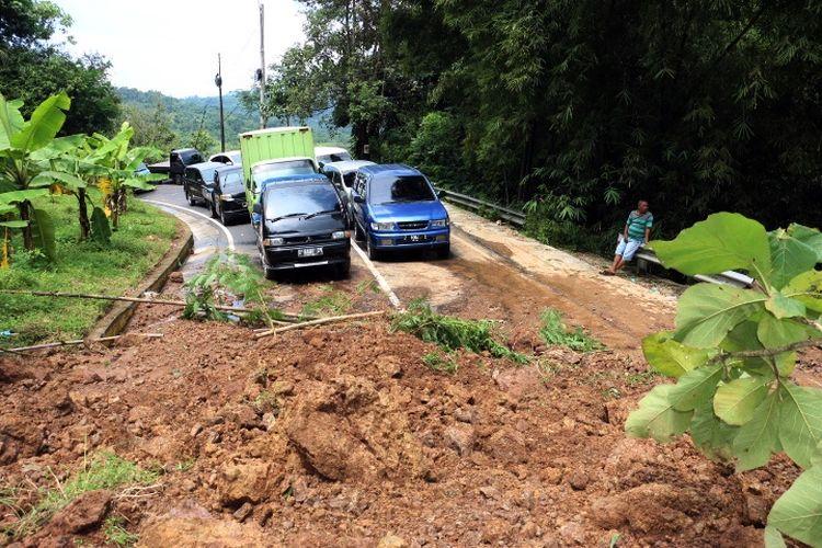 Sejumlah kendaraan roda empat terjebak dan tak dapat melintasi jalur Kuningan ? Cikijing karena tertutup material longsor sejak Senin (8/4/2019) malam.