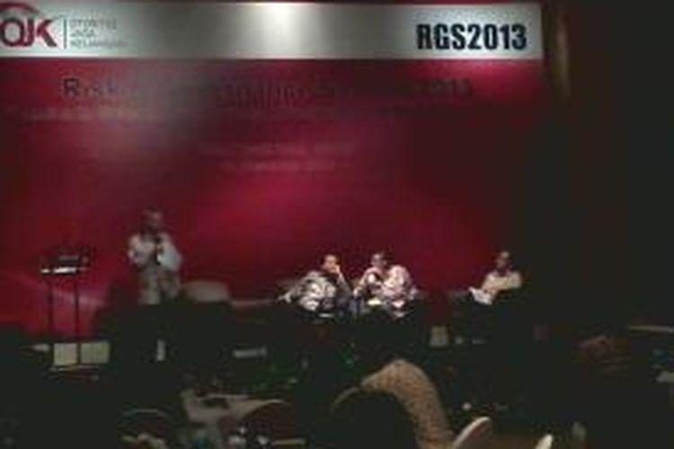 Tiga panelis dalam Risk and Governance Summit 2013 yang digelar OJK, di Jakarta, Rabu (4/12/2013). (Kanan-kiri): Wakil Ketua KPK Adnan Pandupraja, Kepala BPKP Mardiasmo, serta Ketua KEN Chairul Tanjung.