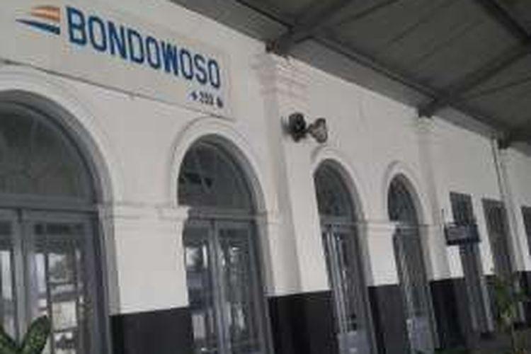 Bangunan Stasiun Bondowoso yang terletak di Jalan Imam Bonjol, Kelurahan Kademangan, Kecamatan Bondowoso, Kabupaten Bondowoso, Jawa Timur. Di dalam bangunan stasiun ini terdapat Museum Kereta Api Stasiun Bondowoso yang menyimpan aneka artefak benda-benda perkeretaapian.