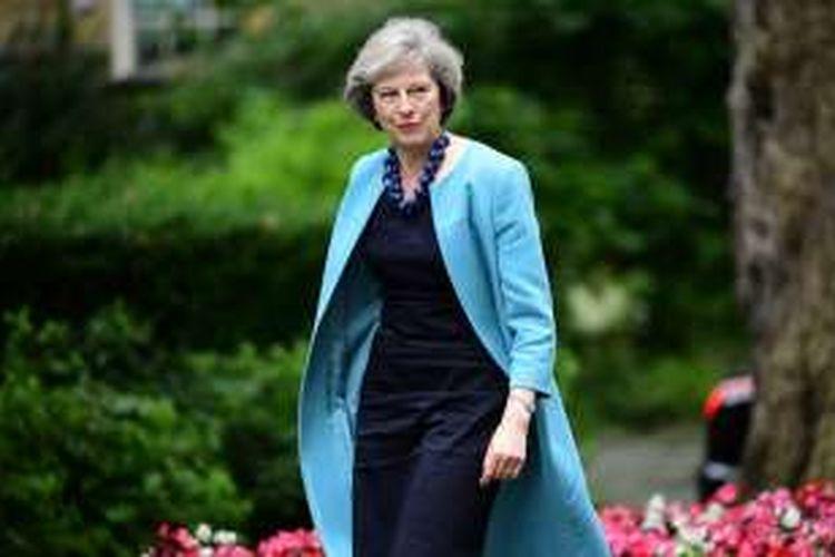 Mendagri Inggris Theresa May saat berjalan ke kantor PM David Cameron di Downing Street 10 untuk menghadiri rapat kabinet. Theresa menjadi kandidat kuat pengganti Cameron yang menyatakan mundur pasca-kalah dalam referendum Brexit.