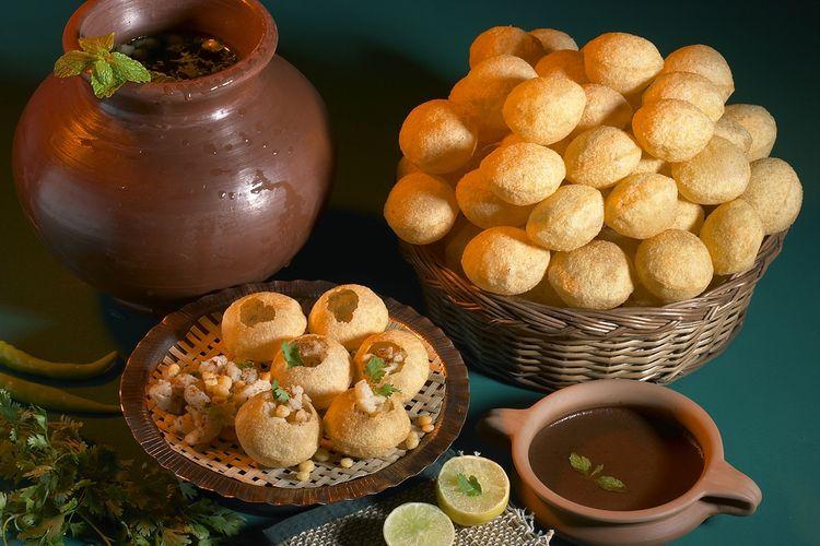 Ilustrasi golgappa atau pani puri, camilan khas India yang bertekstur renyah.