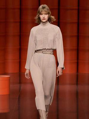 Tampilan Hermès autumn/winter 2021 seperti yang dikenakan Chloe Zhao saat menghadiri Oscar 2021. Menambahkan aksesori seperti ikat pinggang juga dapat mengangkat tampilan secara keseluruhan.