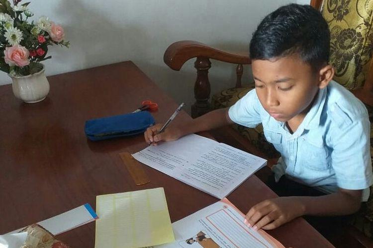 Survei dilakukan SMPN 2 kendal, Jawa Tengah kepada orangtua siswa mengevaluasi pembelajaran dari rumah diperoleh data penugasan memberatkan siswa adalah meringkas buku bacaan dan mengerjakan soal buku paket. Berdasar hasil survei tersebut, para guru dilarang memberikan  dua jenis tugas tersebut.