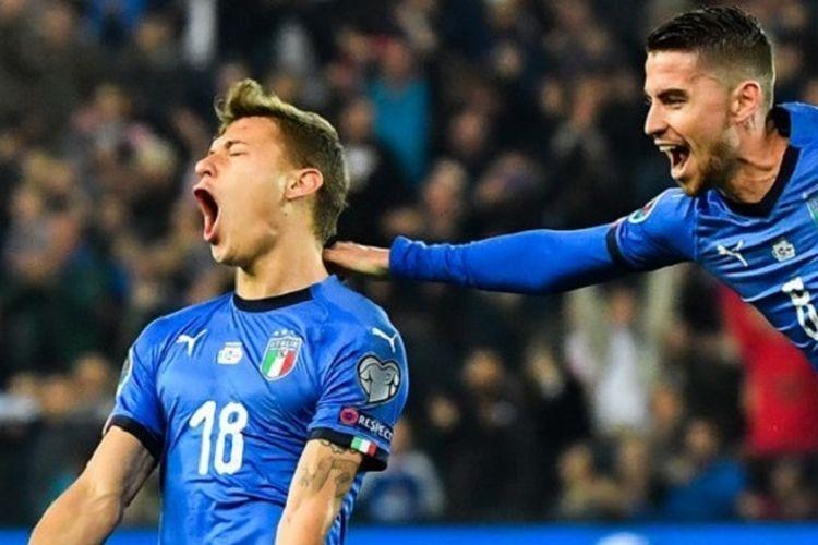 Jorginho mencoba mengejar Nicolo Barella yang tengah merayakan golnya pada pertandingan Italia vs Finlandia di Stadion Friuli dalam babak kualifikasi Piala Eropa 2020, 23 Maret 2019.