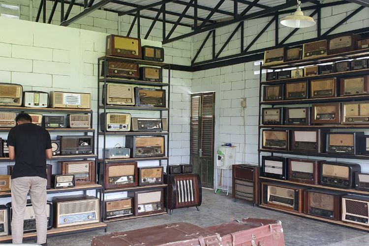 Denny Kusuma bersama koleksi radio tuanya.