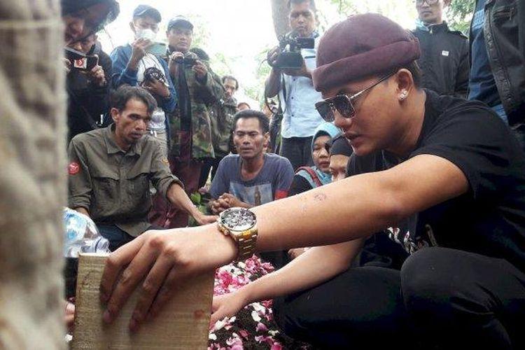 Rizky Febian saat berada di pemakaman ibunya Lina Jubaedah, di TPU Nagrog, Ujungberung, Kota Bandung, Kamis (9/1/2020)