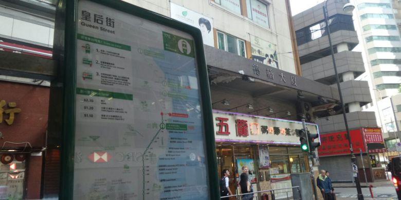Contoh papan petunjuk rute transportasi Tram yang terletak di setiap halte. Tram merupakan transportasi tertua di Hongkong.