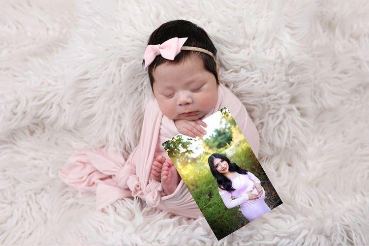 Bayi Adalyn Rose Alvarez-Aguilar berpose dengan foto ibunya, yang dibunuh oleh seorang pengemudi mabuk.