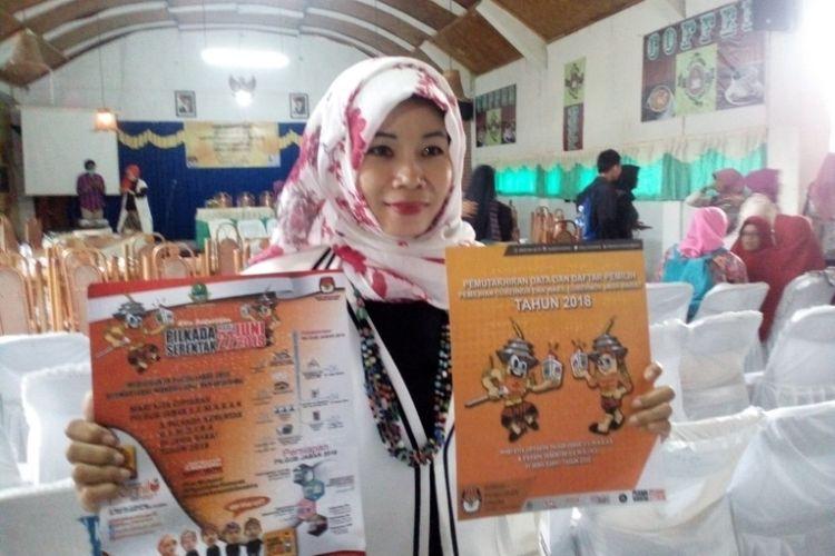 Komisioner KPU bidang Partisipasi Masyarakat dan SDM Nina Yuningsih menunjukan media sosialisasi braille bagi penyandang tunanetra dalam sosialisasi Pilkada Jawa Barat Bagi penyansang disabilitas yang digelar di Hotel Cipanas Indah Jumat (19/1/2018)