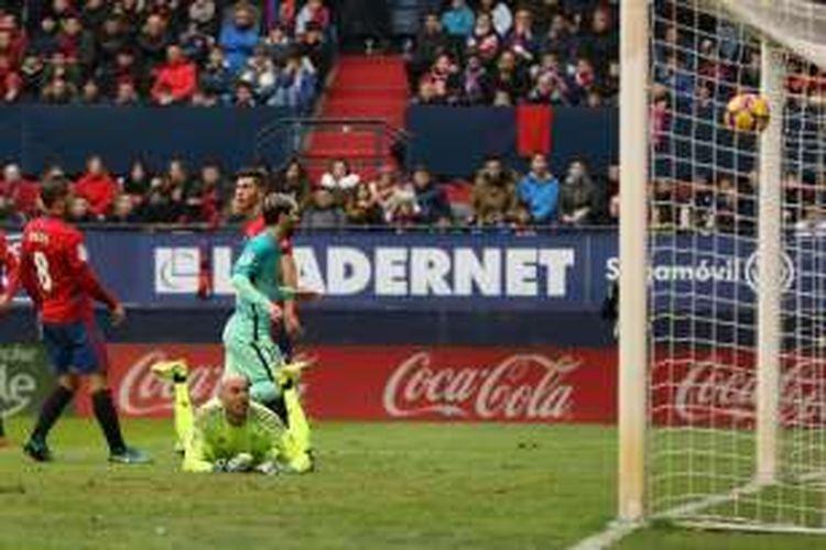Penyerang Barcelona, Lionel Messi , mencetak gol ke gawang Osasuna pada pertandinga lanjutan La Liga di Stadion El Sadar, Sabtu (10/12/2016).