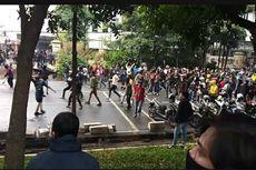 Massa Bertahan, Polisi Bubarkan Paksa Demo di Bandung