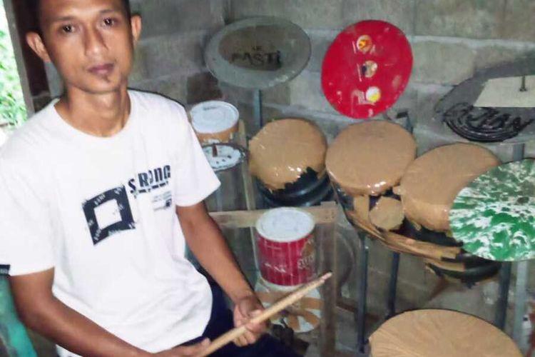 Deden Praman dan alat drum dari barang bekas