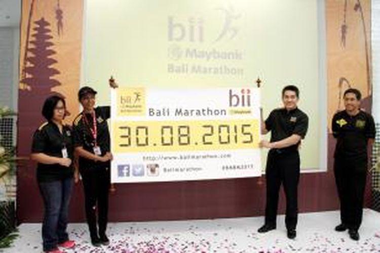 Presiden Direktur PT Bank Internasional Indonesia Tbk (BII) Taswin Zakaria [kedua kanan], didampingi Direktur BII Thila Nadason [kedua kiri] dan Panitia BII-Maybank Bali Marathon (BMBM) Satyo Haryo Wibisono [kanan] dan Esti Nugraheni [kiri], mengumumkan penyelenggaraan lomba lari internasional BMBM 2015 di kantor pusat BII (12/3/2015).